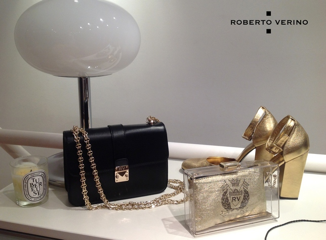 Wallet and clutch bag with gold metallized sandals.