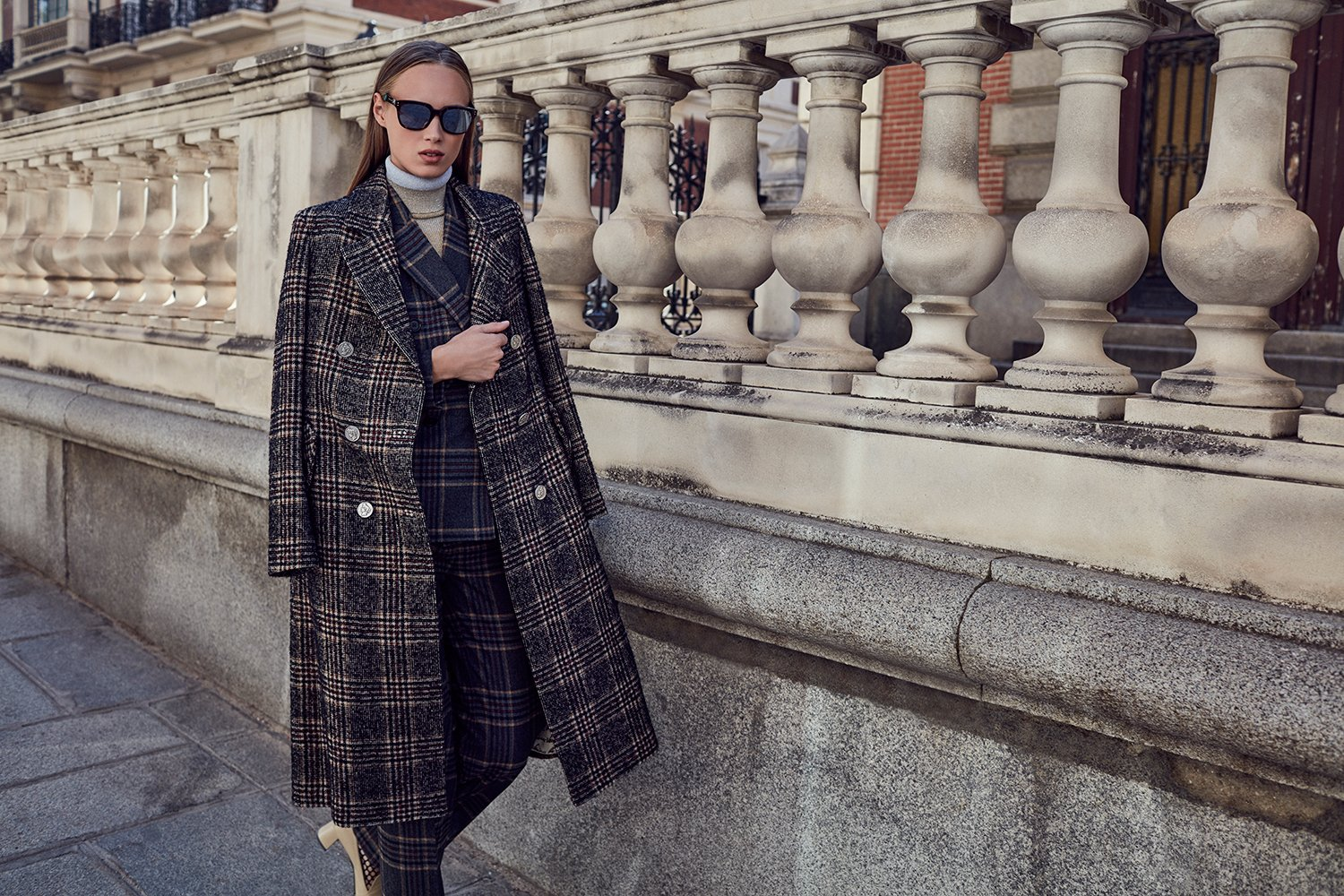 Long brown glen plaid coat / Dark gray and beige striped jacket with a masculine cut / Brown checked straight pants / Black and beige leather Cézanne pumps - Roberto Verino
