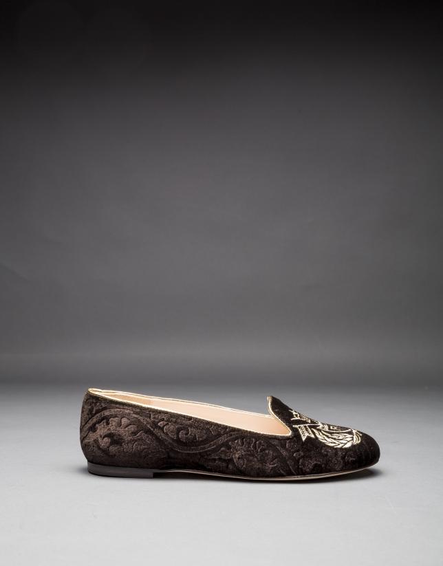 Zapato en terciopelo marrón con escudo bordado en lorex oro claro