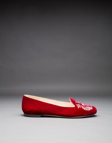 Zapato en terciopelo rojo socuro con escudo bordado en lurex a tono