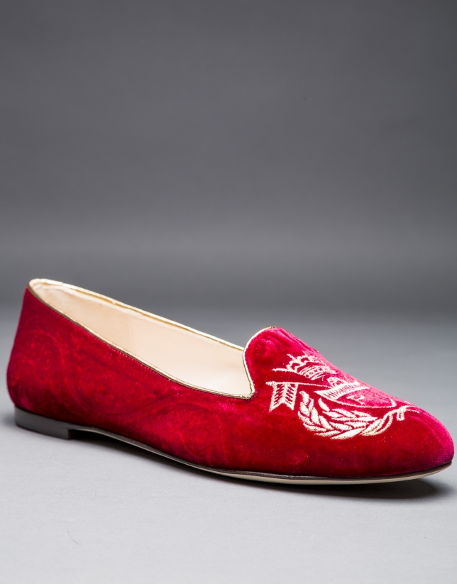 Dark red velvet shoes with embroidered shield in matching lurex