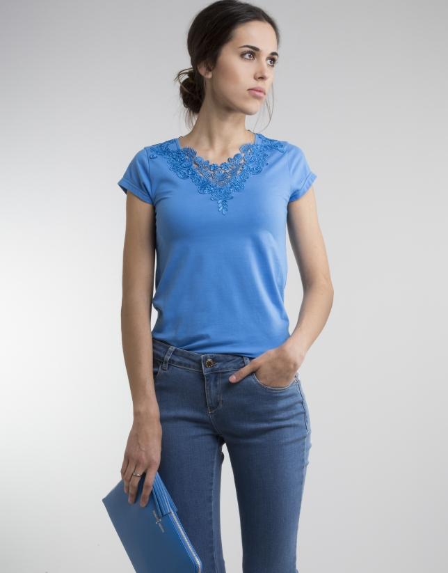 T-shirt bleu crochet