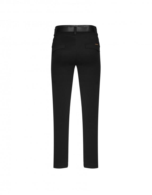 Pantalón en punto negro y apliques en piel