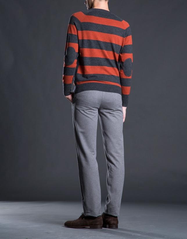Pull à rayures et coudières gris orange