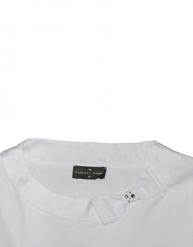 White T-shirt bow at neck