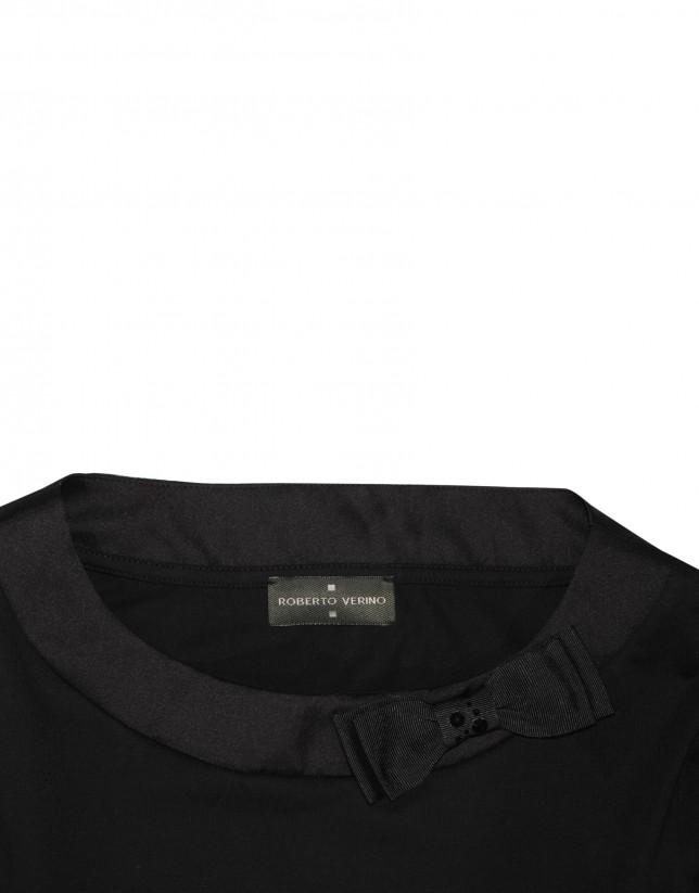 Camiseta negra con lazo lateral cuello