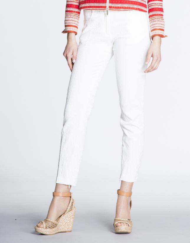 Pantalon droit blanc cassé.