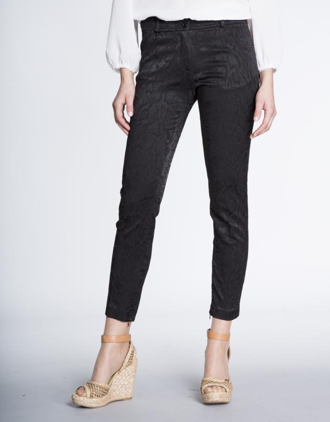 Pantalon droit noir.