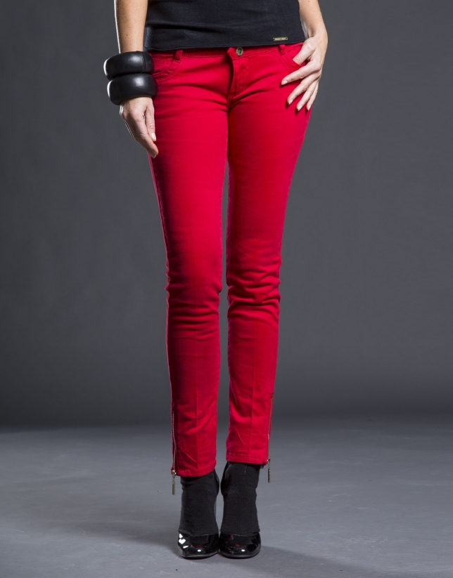 Narrow red pants with pockets
