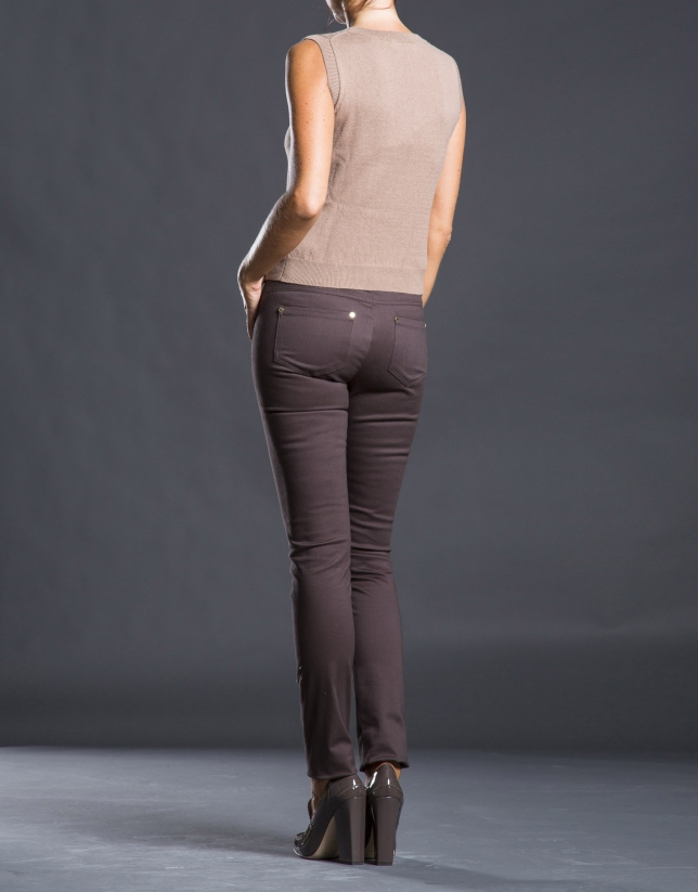 Narrow brown pants with pockets