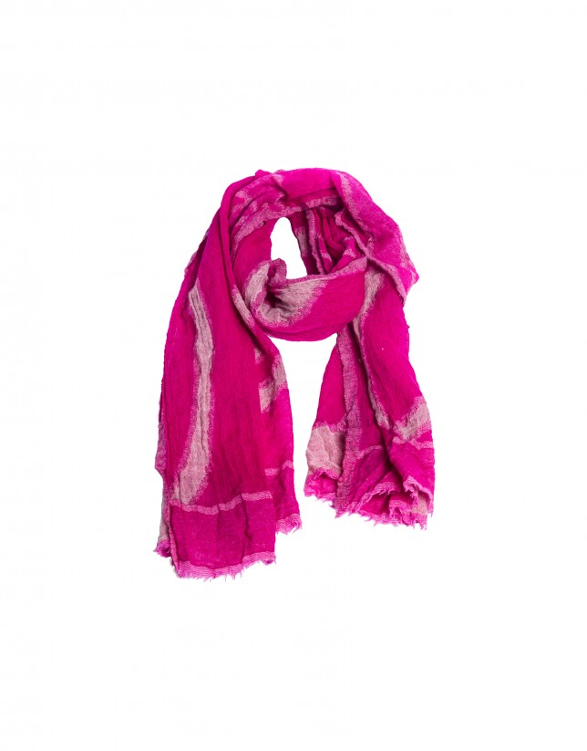 Foulard rosa con dibujos geométricos.