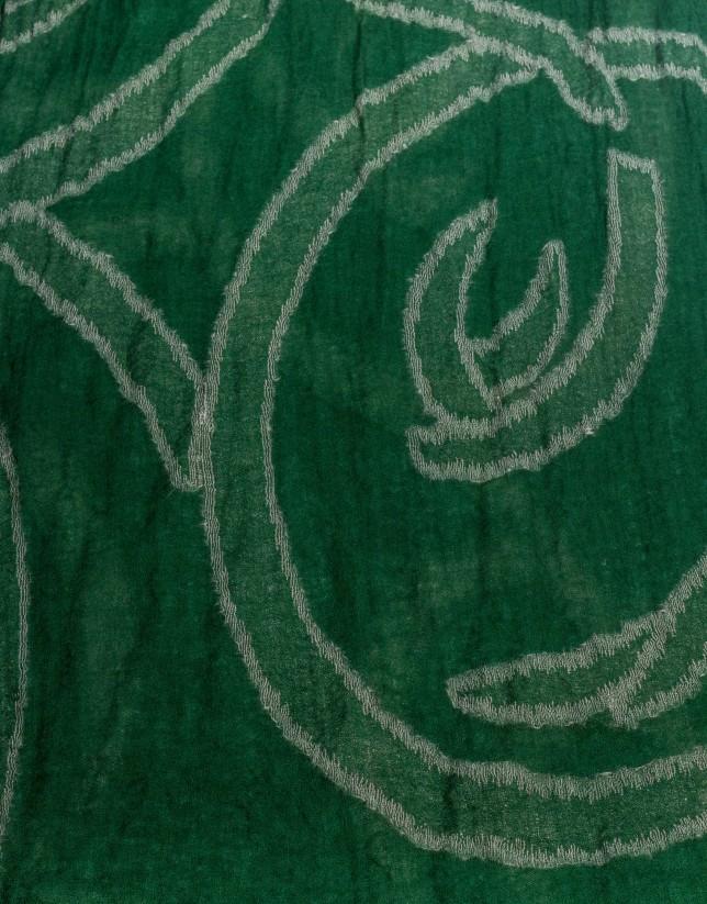 Foulard verde con dibujos geométricos.