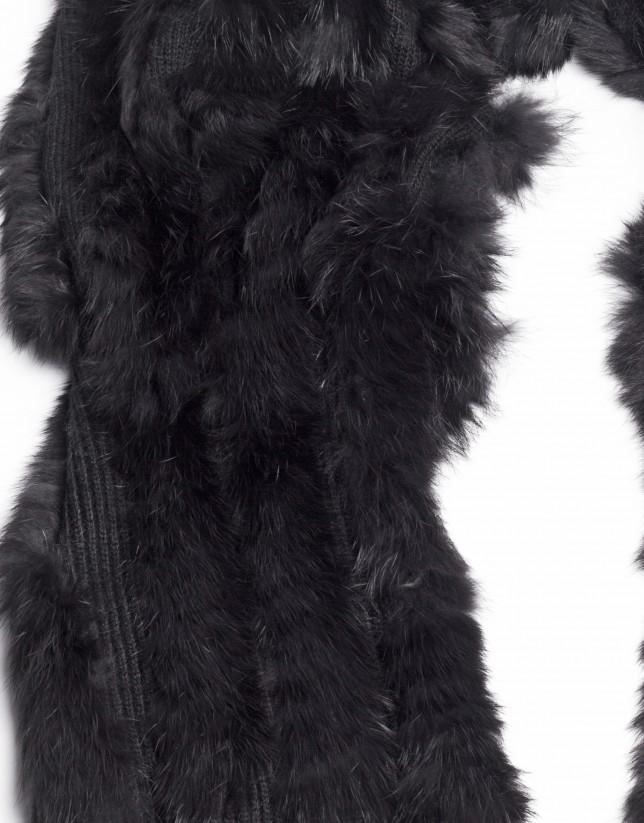 Bufanda de pelo de conejo en negro.