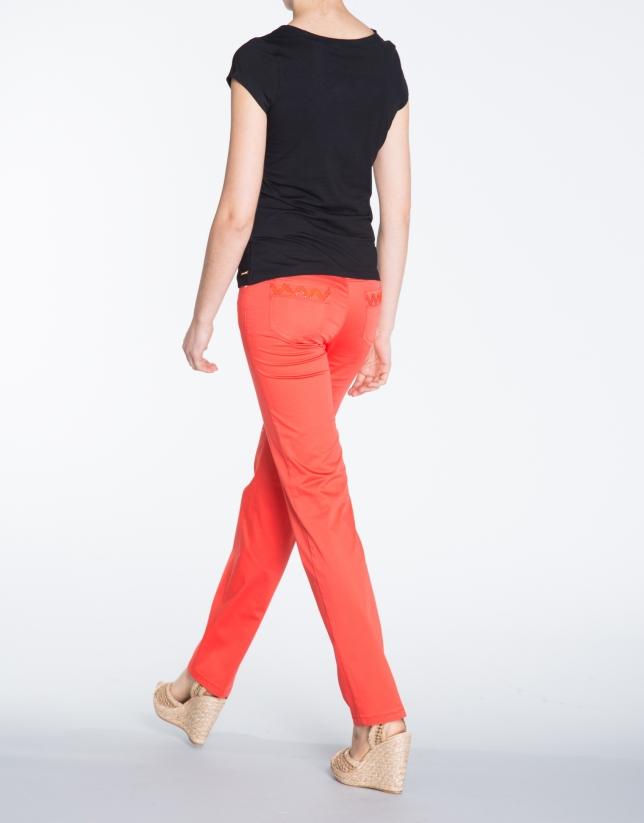 Pantalon droit rouge en coton, 5 poches.