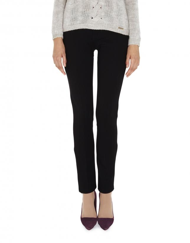 Pantalón negro ajustado con abertura en bajos