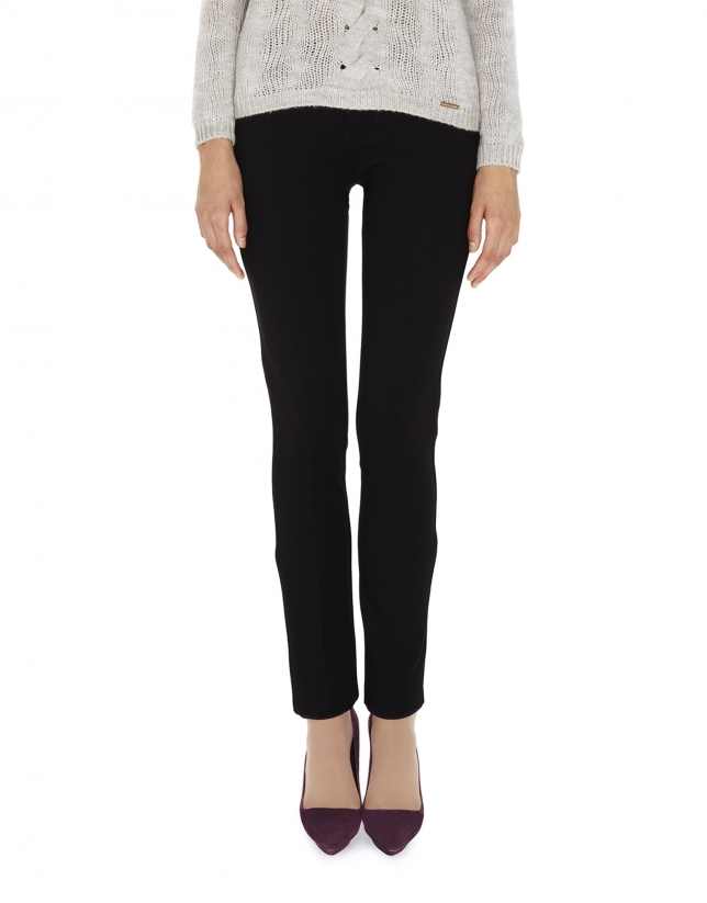 Pantalon noir coupe ajustée fendu dans le bas