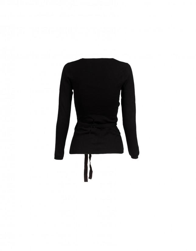 Jersey negro cuello pico