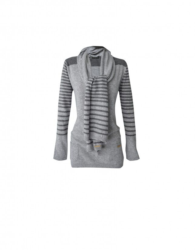 Striped contrasted greys pullover and scarf