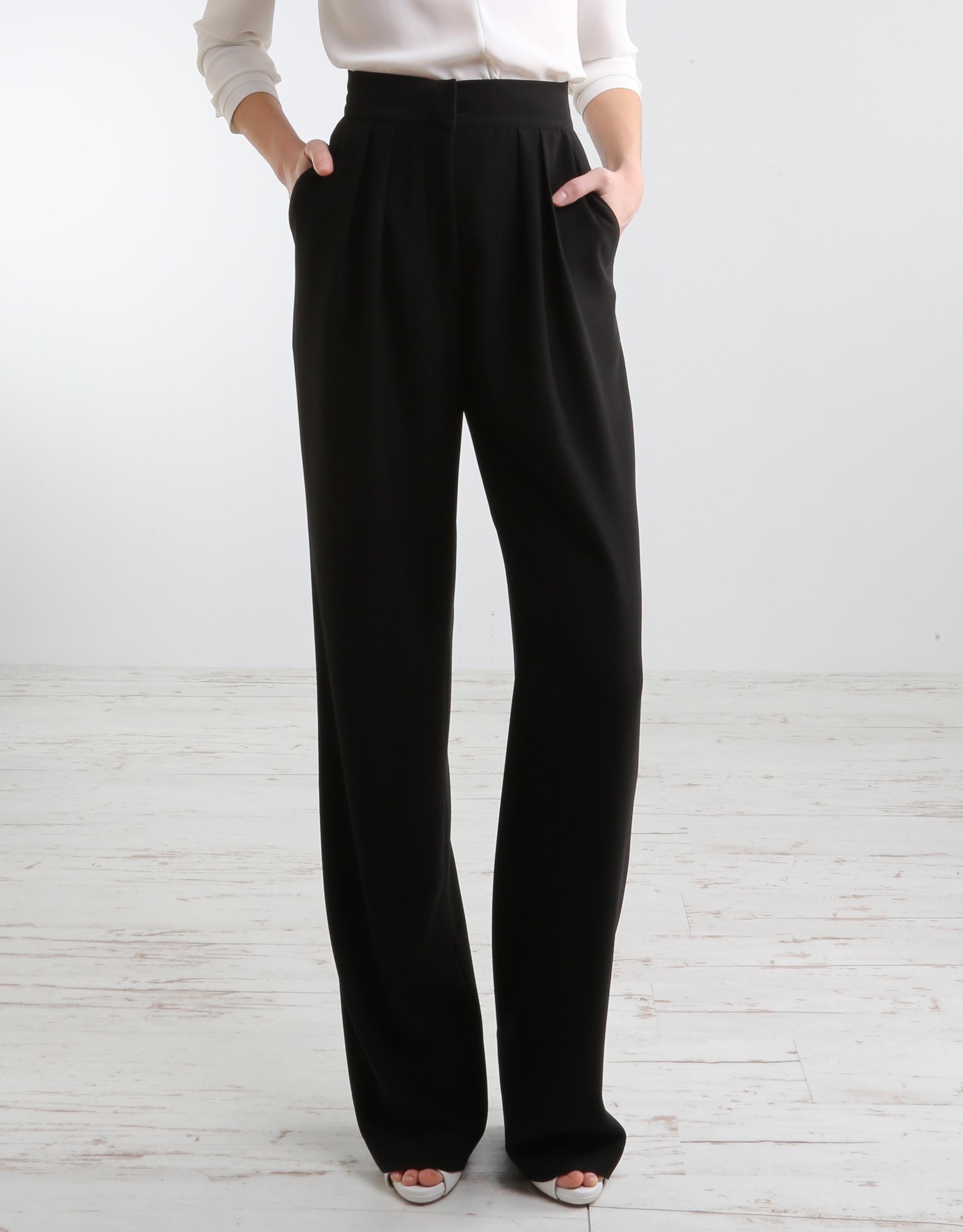 Los pantalones anchos en materiales ligeros son una de las apuestas más comunes que podéis encontrar en low-cost. Además del blanco y el negro, los colores vivos son una apuesta en seguro como éstos en rojo de Zara (39,95 euros).