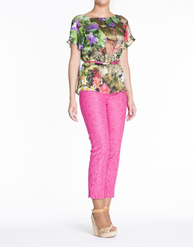 Tunique en soie, motif floral, dans les tons verts.