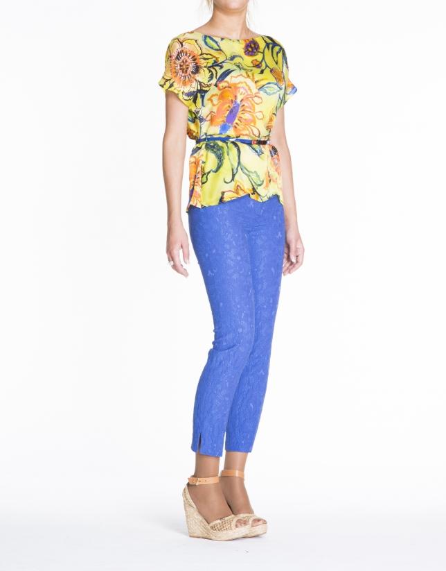 Tunique en soie, motif floral, dans les tons jaunes.
