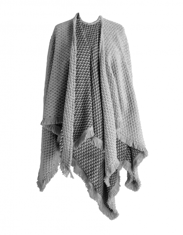 Poncho tricot à pompon beige.