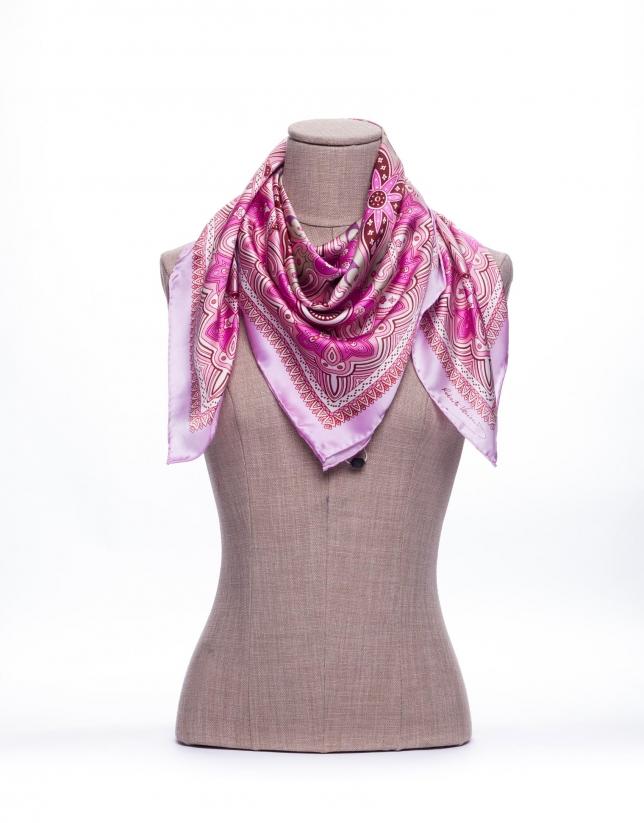 Foulard à motifs géométriques