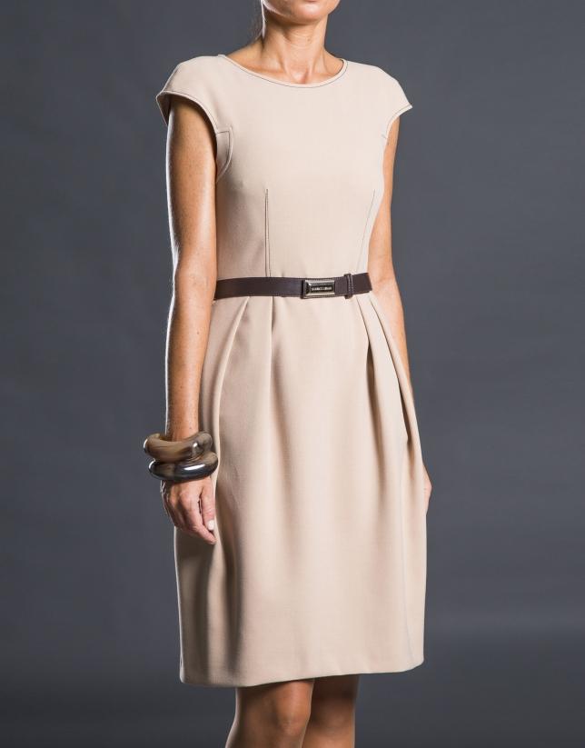 Robe plissée avec ceinture beige