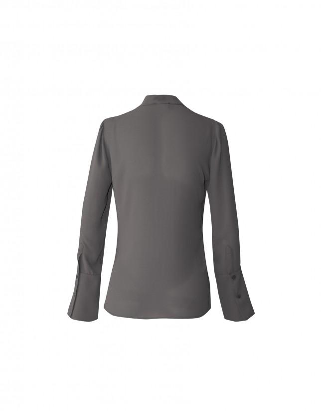 Blusa gris cuello mao