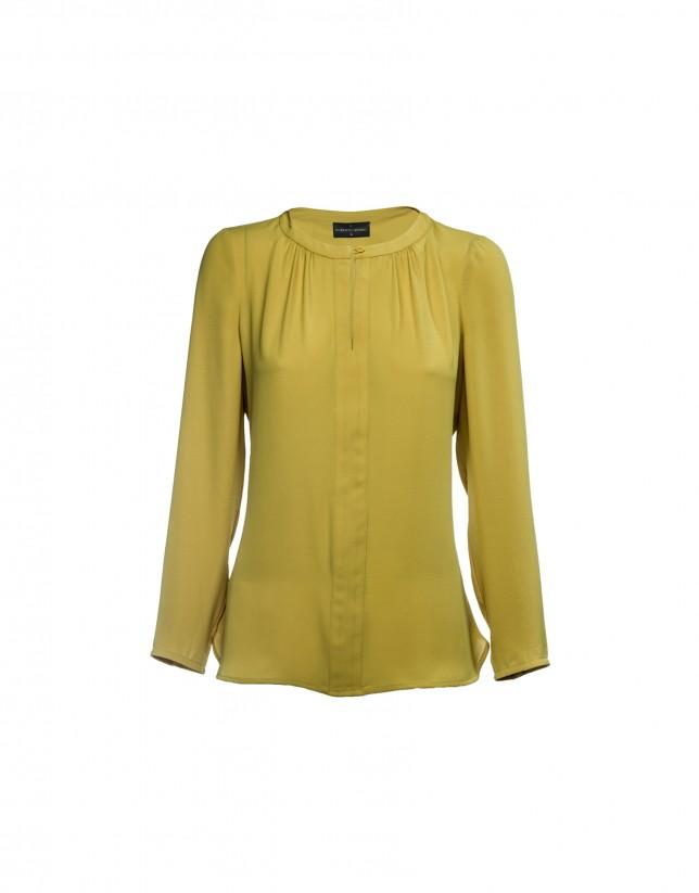 Blusa color mostaza con cuello Mao.