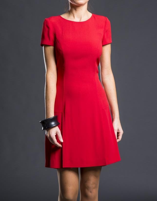 Robe rouge plissée