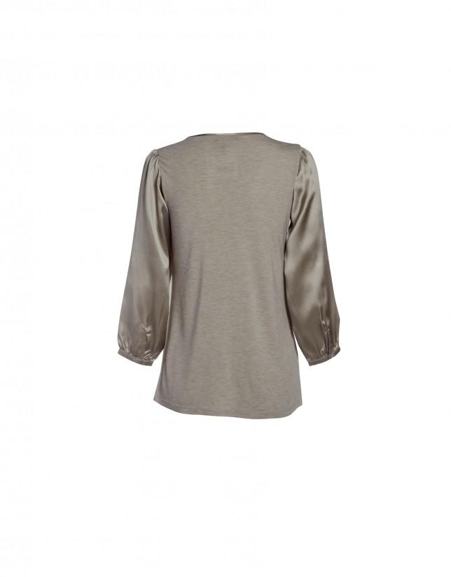 Blusa visón escote redondo y bolsillo.