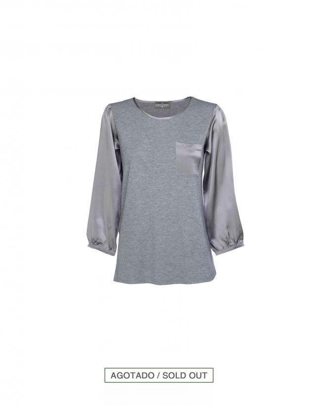 Blusa gris escote redondo y bolsillo