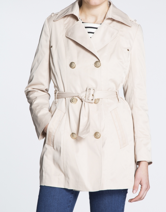 Trench long beige, col à revers.