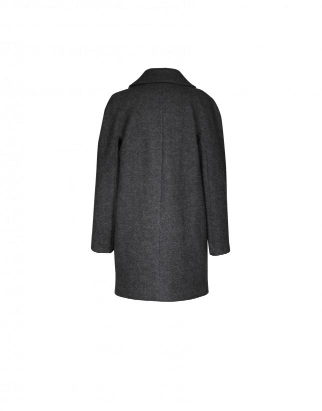 Abrigo corto gris.