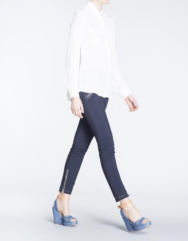Camisa blanca de manga larga con bolsillos en delantero.