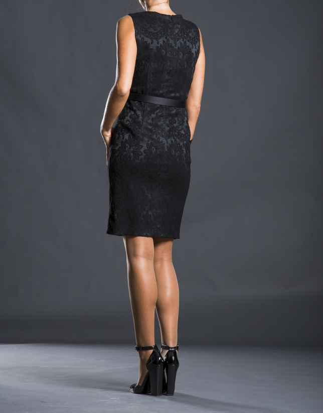 Vestido entallado negro adamascado