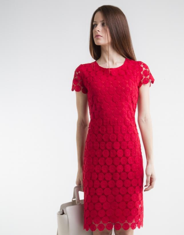 Robe rouge en dentelle, manches courtes