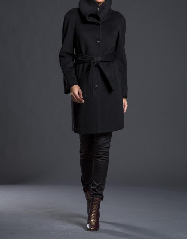 Abrigo negro amplio cuello