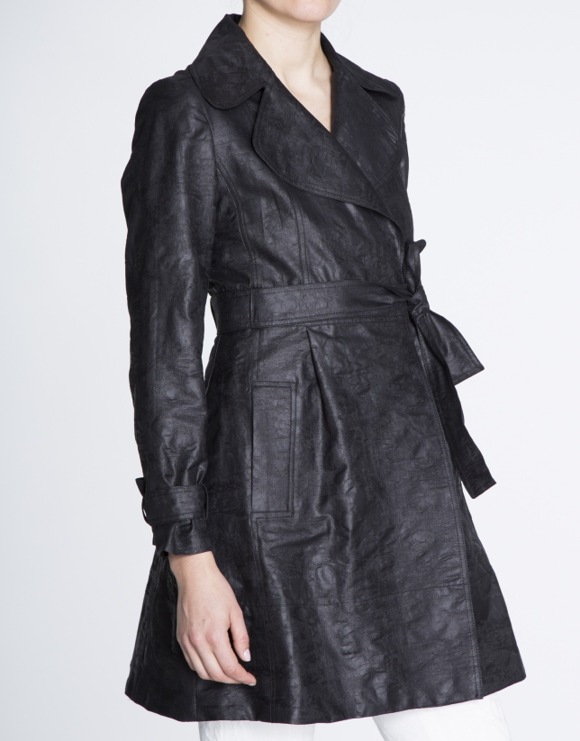 Trench ample en tissu technique noir.
