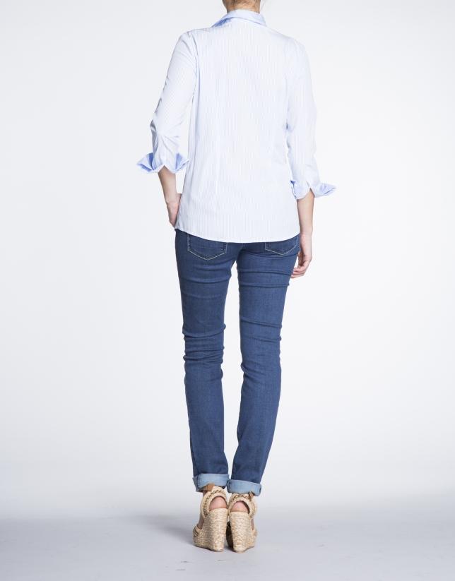 Chemisier à manches longues, bandes bleues et blanches.
