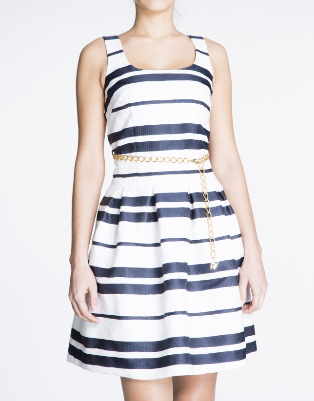Vestido de tirantes con franjas horizontales azul y blanco.