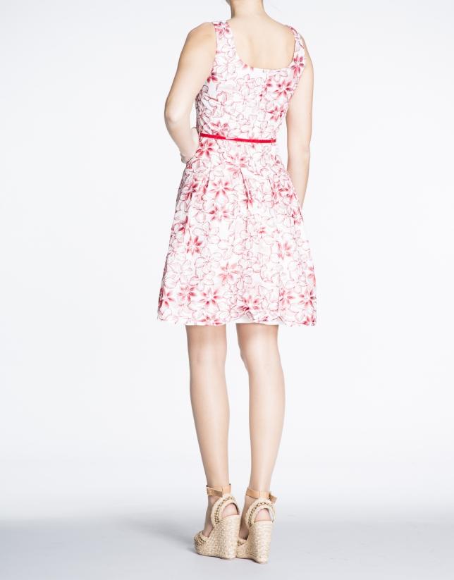 Vestido de tirantes con bordado floral rojo.