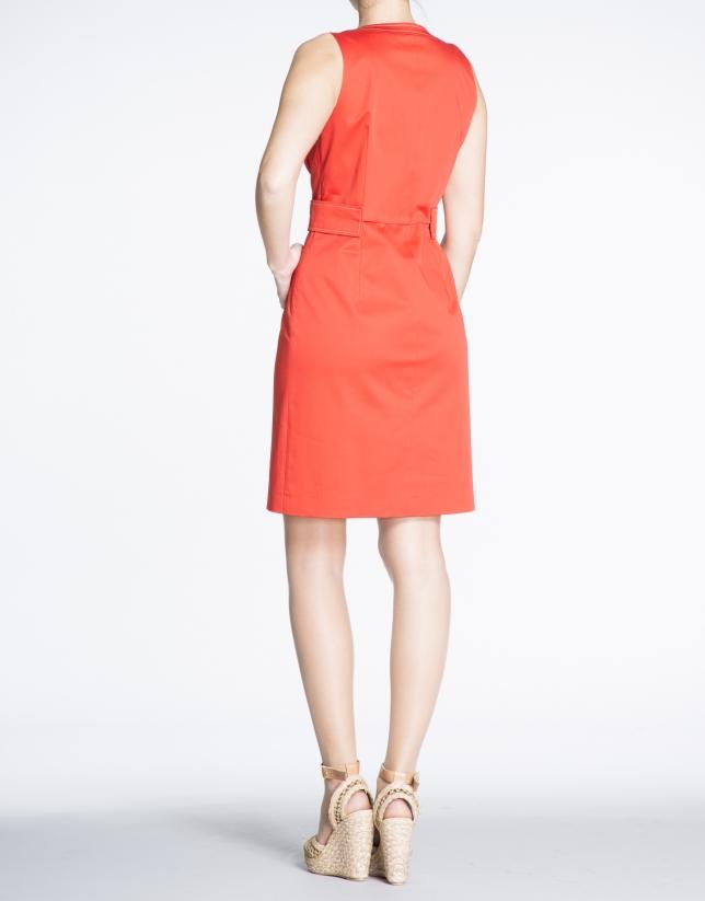 Robe rouge géranium en coton, encolure V.
