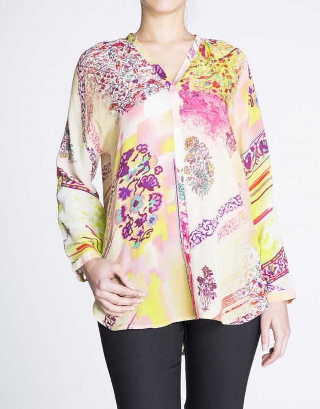 Blusa de seda cuello V estampado floral.