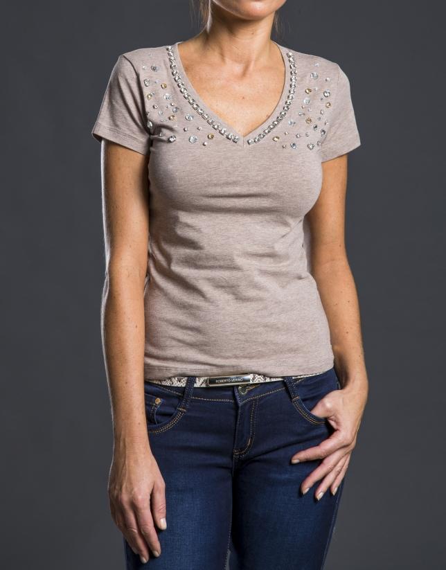 Camiseta pico beige pedrería