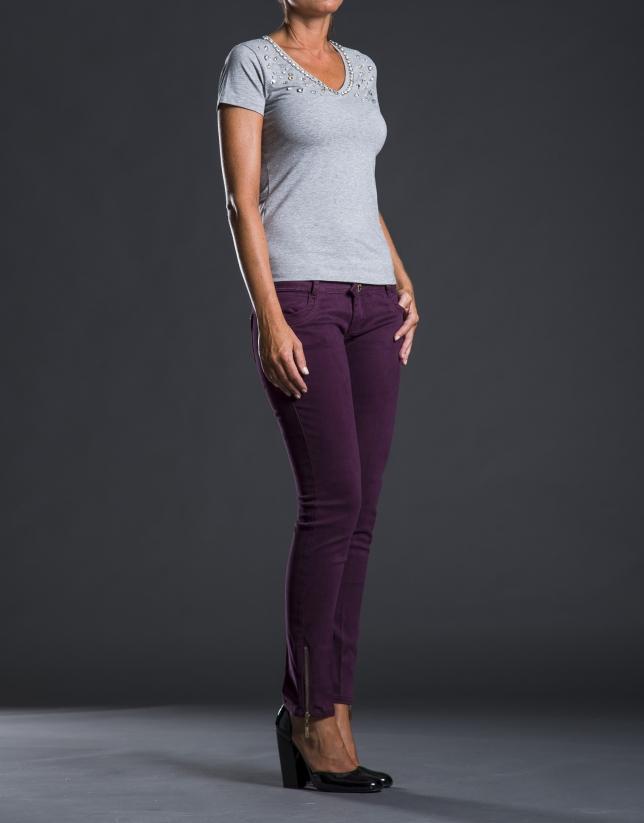 Camiseta pico gris pedrería