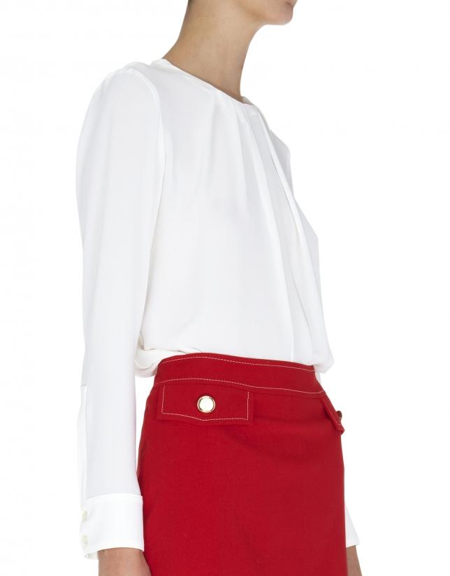 Blusa blanco roto con pliegues en cuello