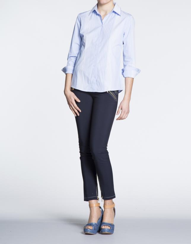 Chemise à manches longues, bandes bleues et blanches, en coton.