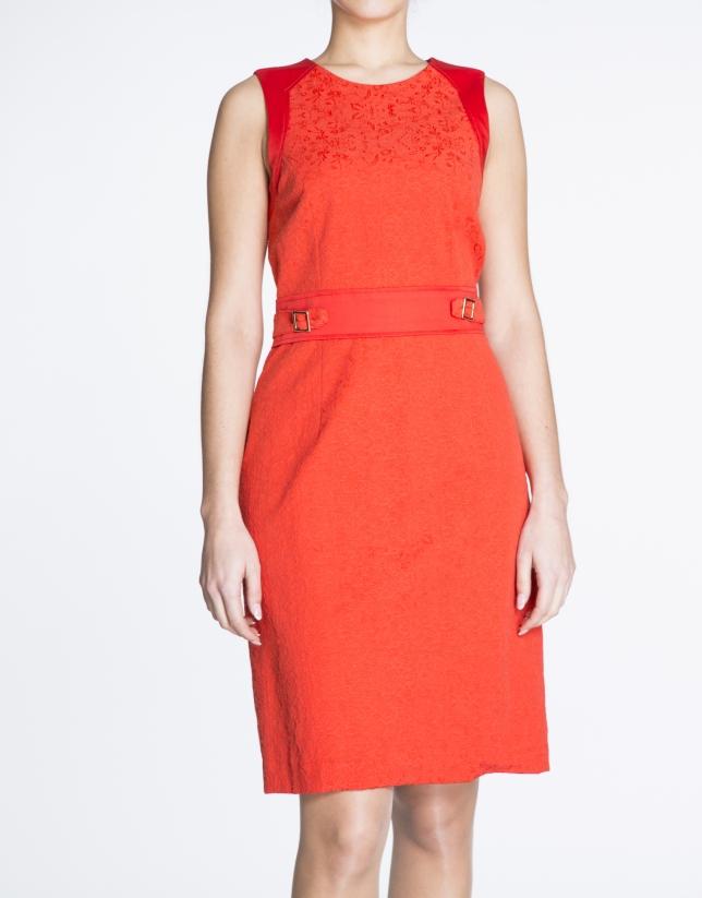 Vestido sisas entallado rojo con apliques en cintura.